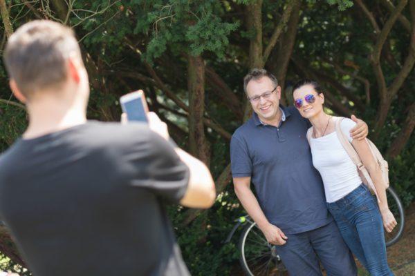 Publicista Václav Moravec s návštěvnicí debaty Média ve víru času 29. července 2019 na Letní filmové škole v Uherském Hradišti