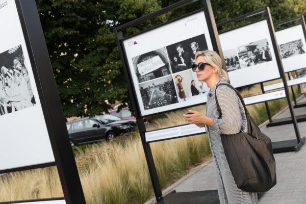 Návštěvnice vernisáže výstavy Okamžiky sametové revoluce 31. července 2019 na Letní filmové škole v Uherském Hradišti