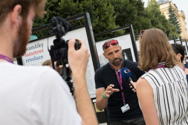 Petr Mlch podávající rozhovor ČT na vernisáži výstavy Okamžiky sametové revoluce 31. července 2019 na Letní filmové škole v Uherském Hradišti